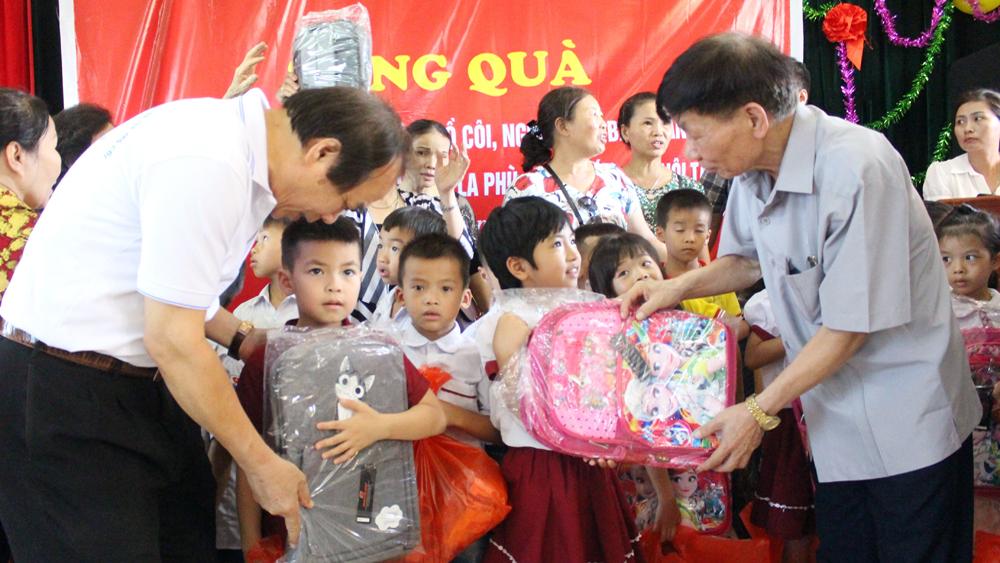 Hội Bảo trợ Người khuyết tật và trẻ mồ côi Việt Nam trao quà cho trẻ em Bắc Giang